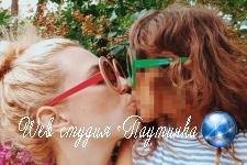 Блогер поцеловала дочь и испугалась реакции сети