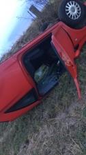 Перевернувшуюся в автомобиле британку закидали сломанными машинами